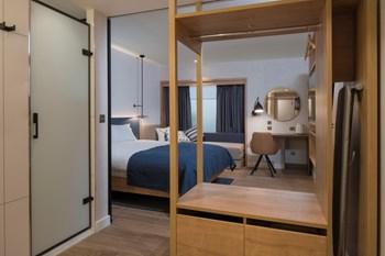 Hampton Garden Inn room including storage