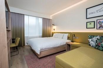 Hampton by Hilton bedroom sample room with window